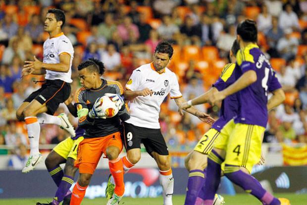 Ricardo Costa y Postiga no encuentran puerta en una de las poquísimas ocasiones valencianistas. Foto: Valencia CF
