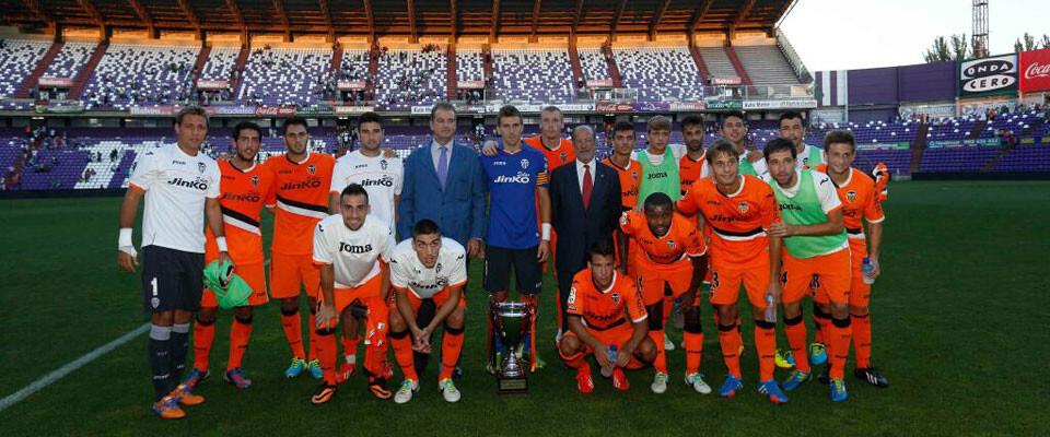 El Valencia CF posa con el trofeo obtenido en Valladolid. Foto: Valencia CF