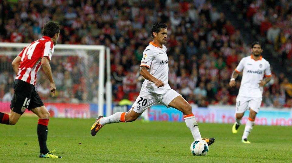 Ricardo Costa saca el balón con autoridad en un lance del partido.