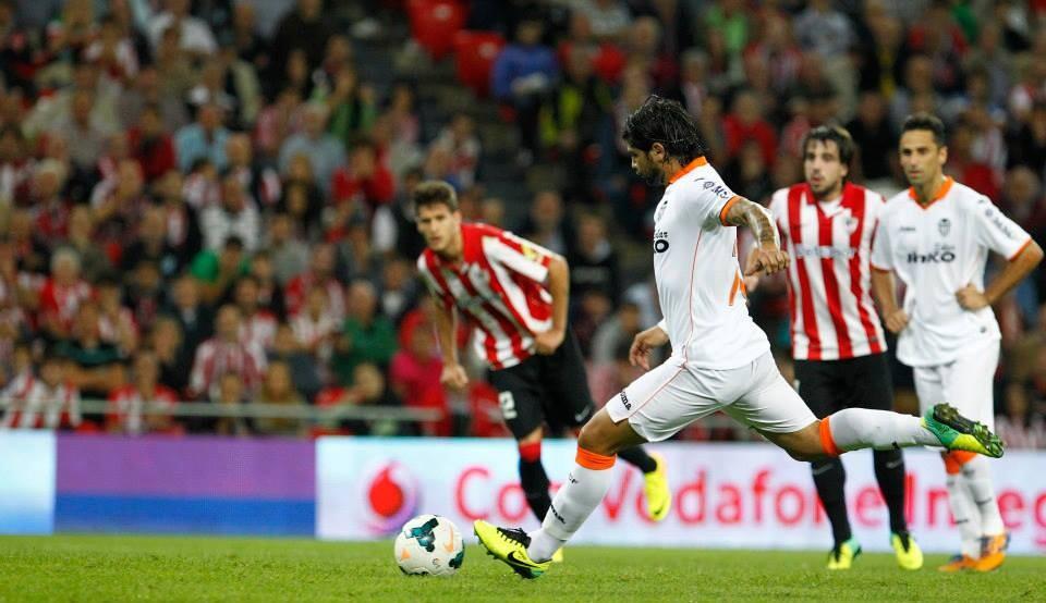 Banega ejecuta magistralmente el penalti señalado contra el Athletic.