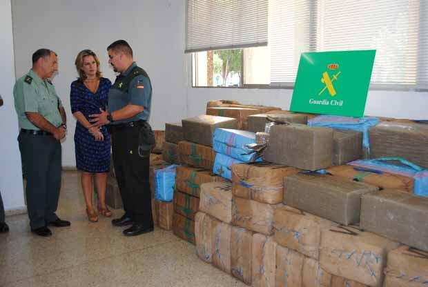 La delegada del Gobierno departe con los agentes de la Guardia Civil los detalles de la operación.
