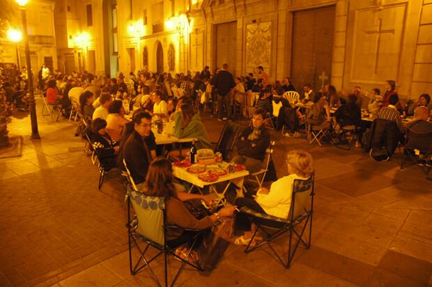 Tercera edición de los ya famosos 'Sopars a la Fresca', esta vez en la plaza de la Iglesia del Rosario.