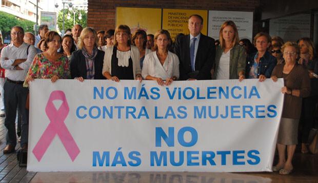 Paula Sánchez de León encabeza la protesta del personal de la Delegación del Gobierno contra la violencia de género, en la calle Colón.