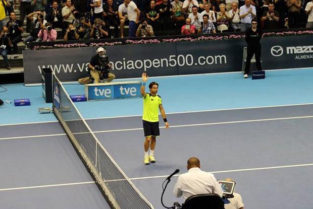 Ferrer salud tras vencer al galo. Foto: Francisco Estellés.