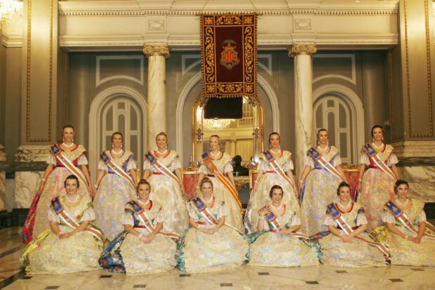 Foto Oficial de la Fallera Mayor de Valencia 2006 y su Corte de Honor.