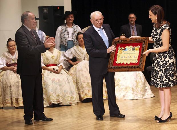 Juan Lladró recibe el premio 'Obrint Camins', concedido por l'Associació d'Estudis del Cant Valencià