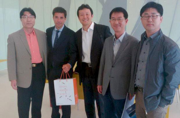 Pablo Landecho posa junto a la delegación coreana en el Veles e Vents.