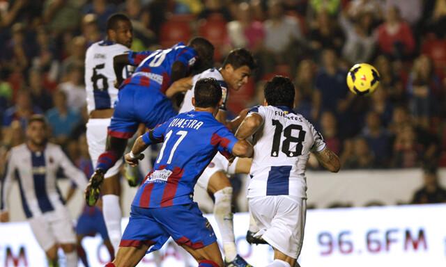 Baba Diawara marca el segundo de cabeza. Foto: Jorge Ramírez / Levante UD