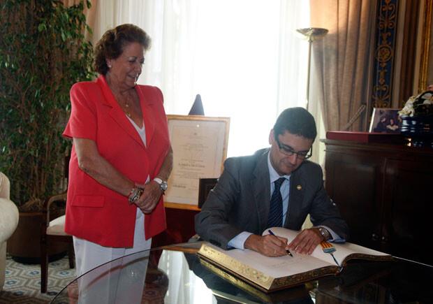 Francisco José Mora firma en el Libro de Honor de Valencia ante Rita Barberá. Foto: Ayto. Valencia