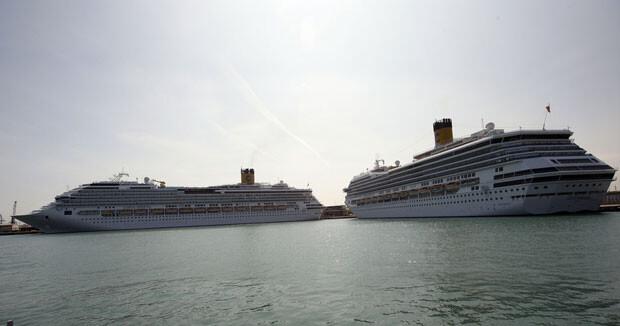 Dos cruceros atracan en el Puerto de Valencia.