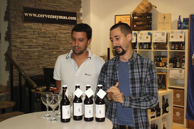 Emprendedores en estado puro, explicando las excelencias de su cerveza. Foto: Javier Furió