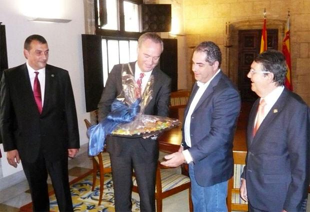 Alberto Fabra recibe del GRemio de Artistas Confiteros de Valencia su Mocadorà