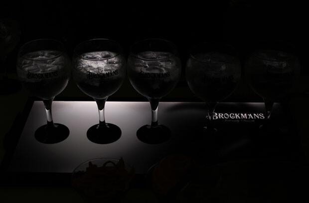 Gin Tonics servidos con ginebra Brockmans, con dos arándanos azules y un twist de pomelo rosa