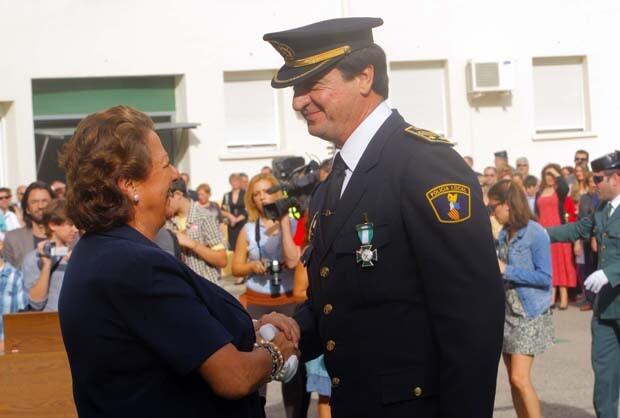 La alcaldesa Rita Barberá felicita al intendente general de la Policía Local de Valencia Roberto Zanón por su condecoración, durante las celebraciones del año pasado.