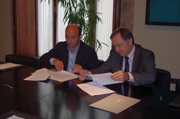 El conseller de Hacienda y Administración Pública, Juan Carlos Moragues, y el representante de Bershka BSK España, S.A., Borja García-Alegre, firman el contrato de alquiler de Colón 32.