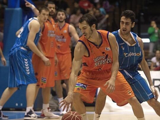 Pau Ribas, en una jugada del partido en la Fonteta ante el Cajasol. Foto: ACBPhoto