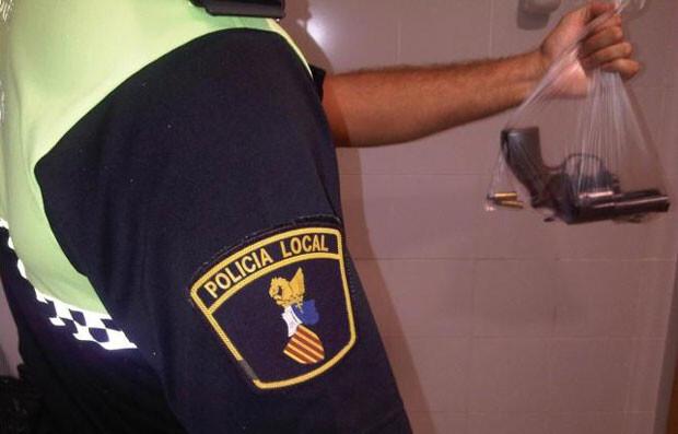 Un agente de la Policía Local de Valencia porta un revolver antiguo, objeto de la polémica. Foto: SPPLB