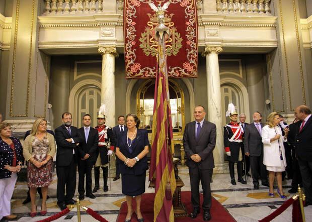 El año pasado, el portador de la Senyera fue Joan Calabuig, que no llegó a entrar en la Catedral con ella. Foto: Ayto: Valencia