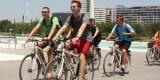 Turistas extranjeros visitando en bicicleta la Ciutat de les Arts i les Ciències. Foto: Javier Furió