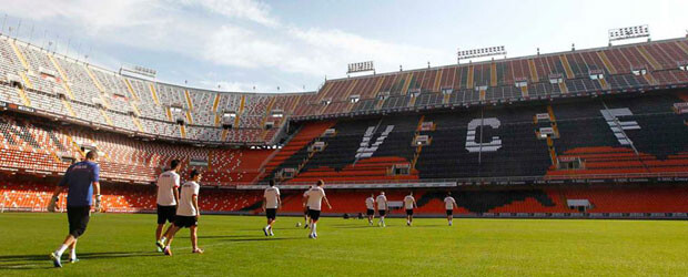 Consignas gigantes y el gran murciélago reciben a los jugadores del Valencia CF hoy en su entrene matinal. Foto: VCF