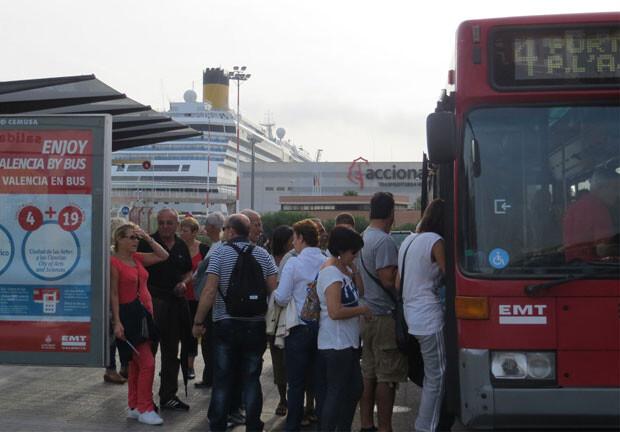 Viajeros accediendo a un autobús de la línea 4, que une el Puerto de Valencia con la Plaza del Ayuntamiento. Foto: EMT Valencia