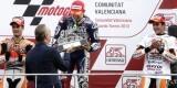 Alberto Fabra entrega el trofeo a Jorge Lorenzo ante Dani Pedrosa y Marc Márquez (a la derecha) campeón del mundo