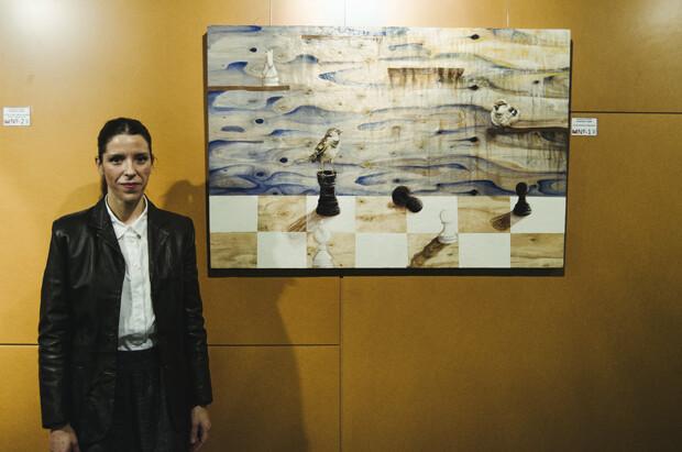 Leocadia Fernández Estrems, ganadora del concurso, junto a su obra.