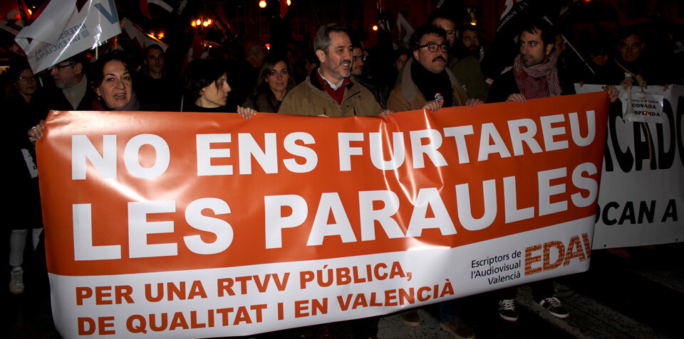 Manifestantes de EDAV portan una pancarta contra el cierre de RTVV. Foto: Javier Furió