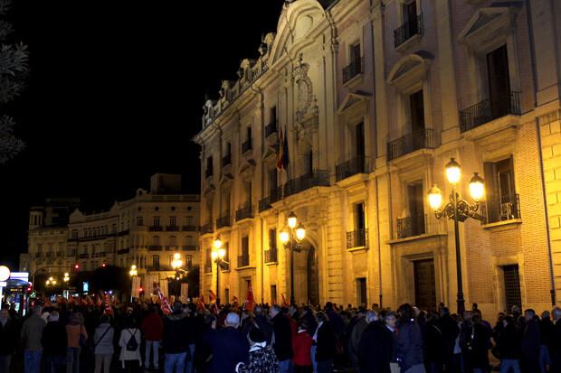 La manifestación, a su paso por la sede del TSJCV. Foto: Javier Furió
