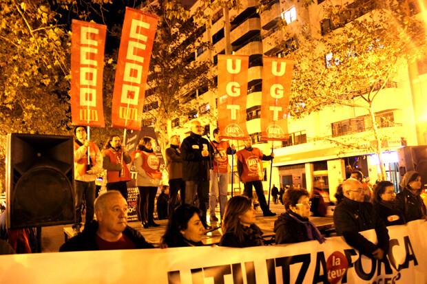 Punto final de la manifestación en Navarro Reverter y proclama de los reponsables sindicales. Foto: Javier Furió