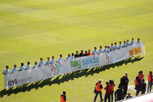 Levante y Villarreal muestran la pancarta contra la violencia de género en los prolegómenos del encuentro. Foto: Javier Furió
