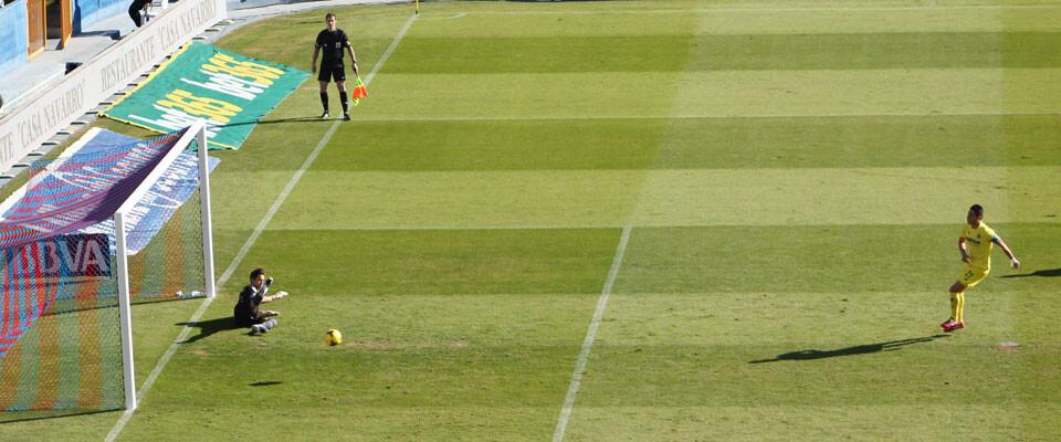 Bruno bate a Javi en el penalti que adelantaba a los groguets. Foto: Javier Furió