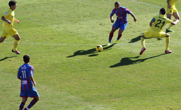 Rubén y El Zhar no podían con la defensa amarilla. Foto: Javier Furió