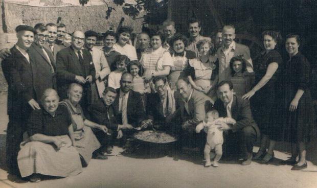 Paella familiar. Valencia, ca. 1955. A.P.R.S.