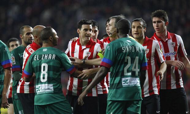 Aduriz es expulsado por el colegiado Fernández Borbalán. Foto: Jorge Ramírez / Levante UD