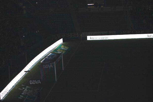 El estadio se quedó a oscuras en el descanso. Foto: Javier Furió