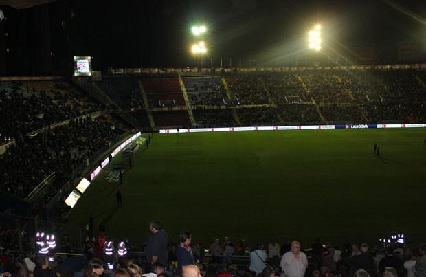 La iluminación del estadio volvió a funcionar en unos minutos, poco a poco. Foto: Javier Furió