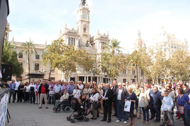 La concentración de la AVTCV congregó a unos pocos centenares de ciudadanos, quizás por falta de difusión del acto. Foto: Javier Furió