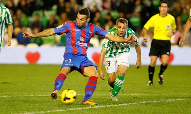 Barral pudo adelantar al Levante, pero se tropezó con su compañero, Baba. Foto: Jorge Ramírez / Levante UD