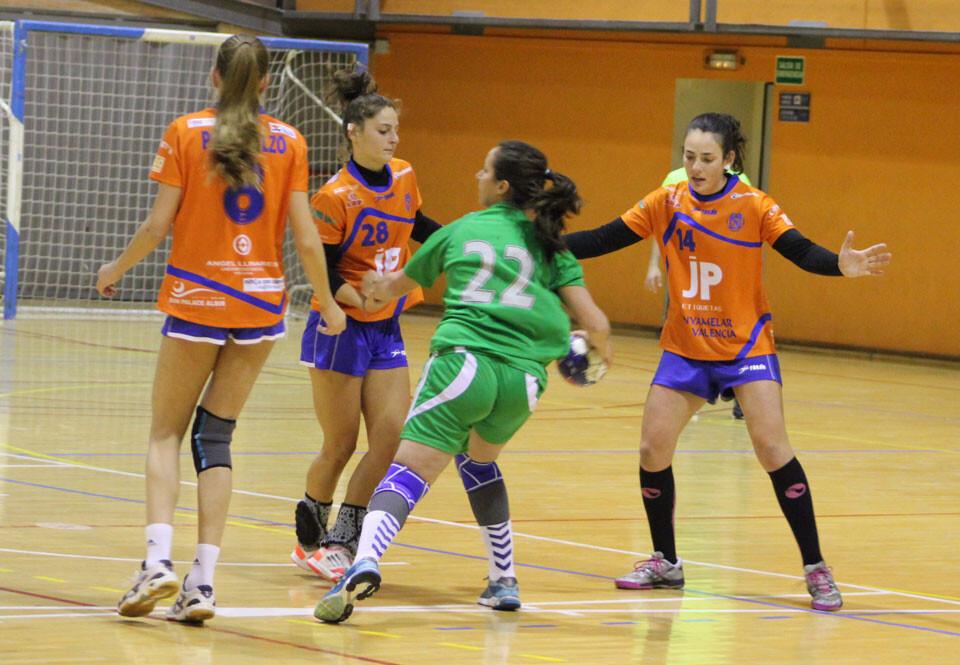 Acción defensiva del Canyamelar Valencia que frena el avance de una jugadora argelina. Foto: Javier Furió