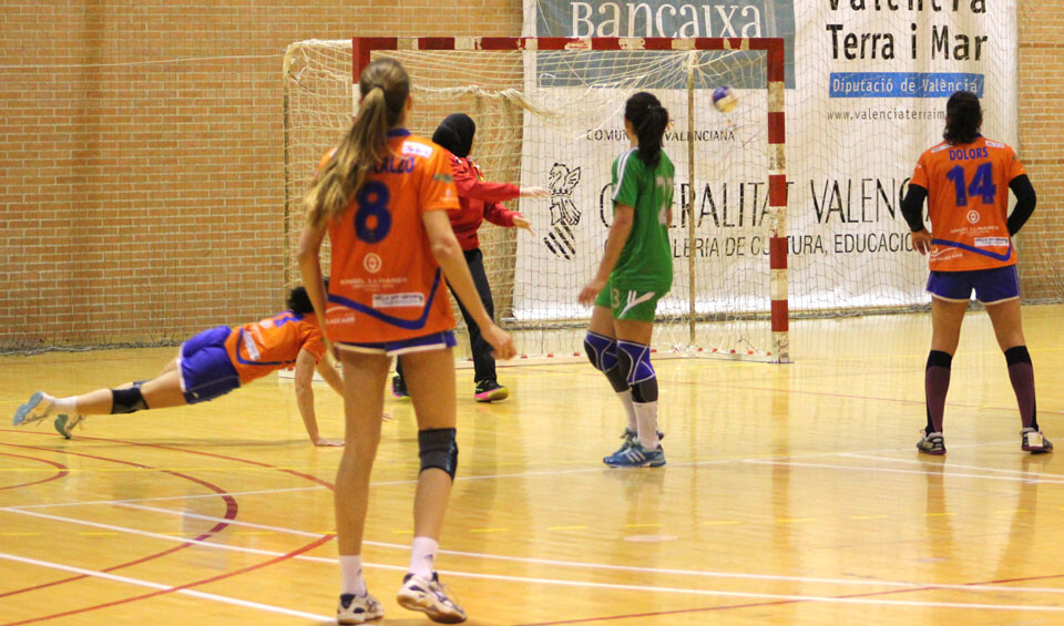 Gol en posición acrobática de una jugadora del Canyamelar. Las de Susana Pareja pudieron adornarse en varias fases del encuentro. Foto: Javier Furió