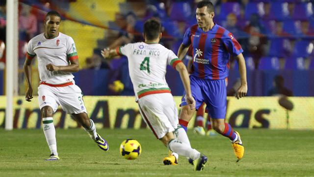 David Navarro saliendo con el balón controlado. Foto: Jorge Ramírez / Levante UD