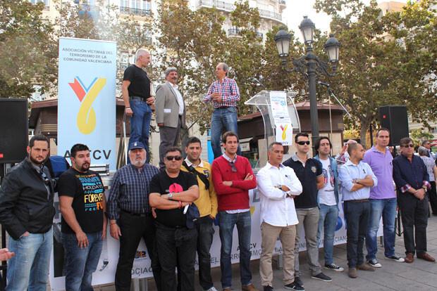 Los representantes de los colectivos que se habían adherido al acto posan junto al escenario desde el que se leyó el manifiesto. Foto: Javier Furió