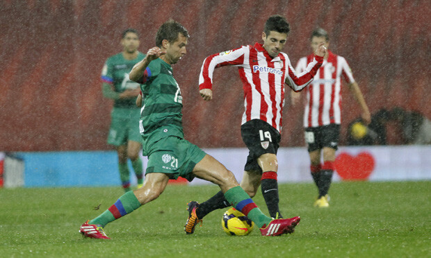 Ivanschitz pelea un balón. Foto: Jorge Ramírez / Levante UD