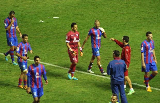 La afición aplaudió al equipo pese a la derrota al finalizar el partido. Foto: Javier Furió