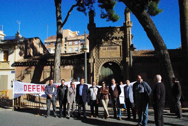 La comitiva socialista, ante la fachada de la Ceramo, en pleno corazón de Benicalap.