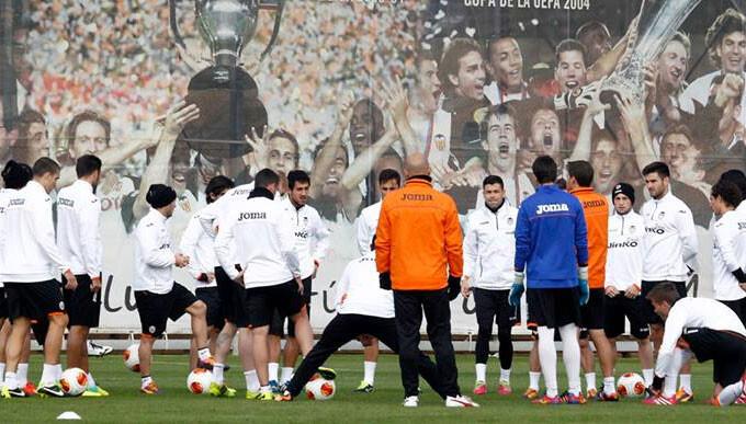 El Valencia CF apura su último entrenamiento antes de viajar a Gales. Foto: VCF