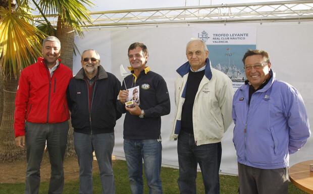 Jacobo Espí recogió el trofeo logrado por su hermano Kiko