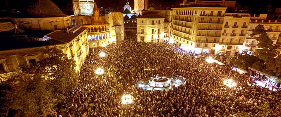 manifestacion-contra-el-cierre-de-rtvv-en-plaza-de-la-virgen