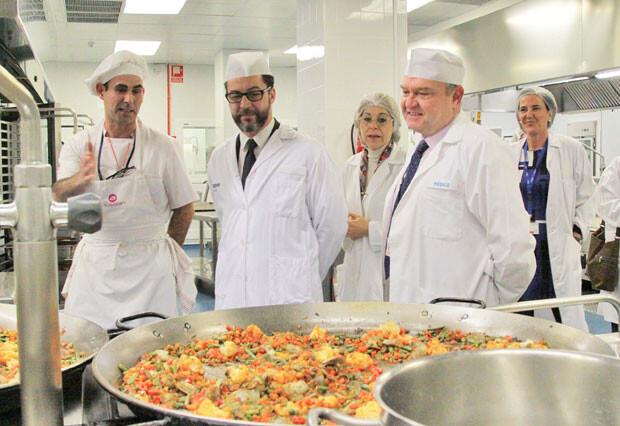 20131220_Visita_del_cocinero_Quique_Dacosta_a_las_cocinas_de_La_Fe_300k